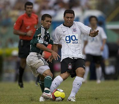 Ronaldo sendo deixado livre por palmeirenses