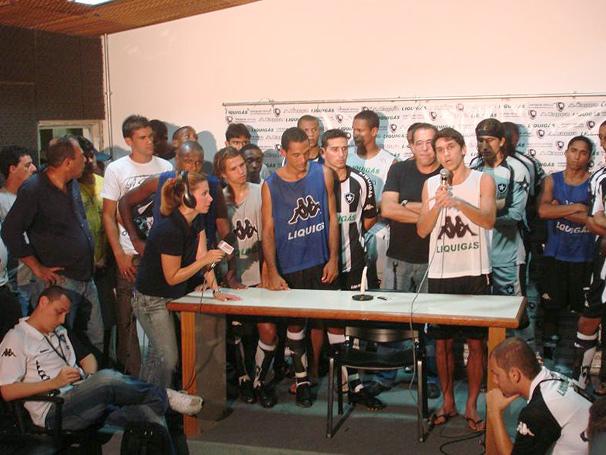 Elenco do Palmeiras comemorando aniversário de Simon
