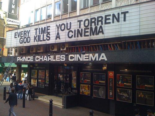 """""""Toda vez que você baixa um filme, Deus mata um cinema"""""""