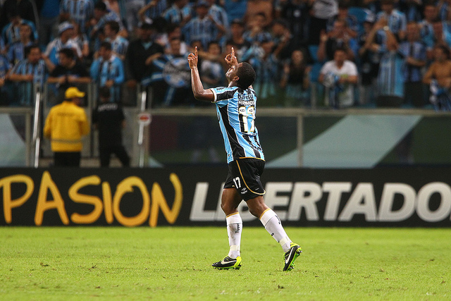 A foto da comemoração do Fernando que manteve a cabeça de Cris sobre seu pescoço é de autoria de Lucas Uebel e se encontra no Flickr do Grêmio
