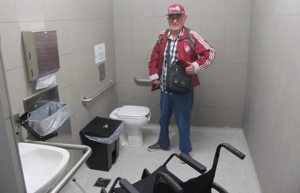 """Banheiros para usuários de cadeira de rodas (acho o termo """"cadeirante"""" escroto) com selo de qualidade """"Meu Pai"""""""